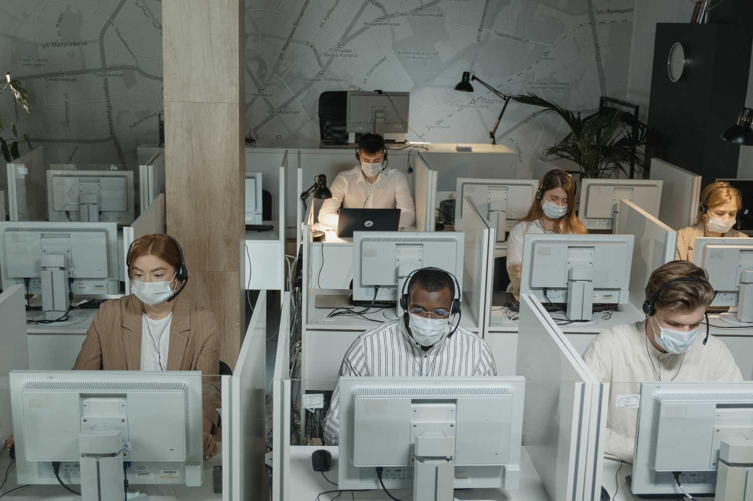 Une équipe de centre d'appel travaille